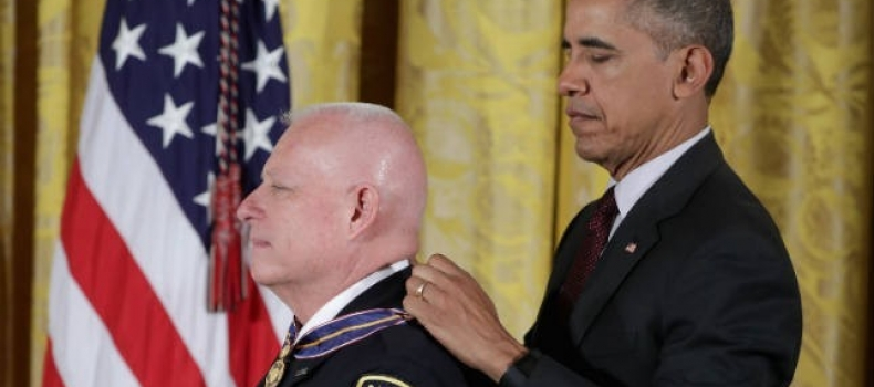 Obama makes push for sentencing reform while awarding police medals